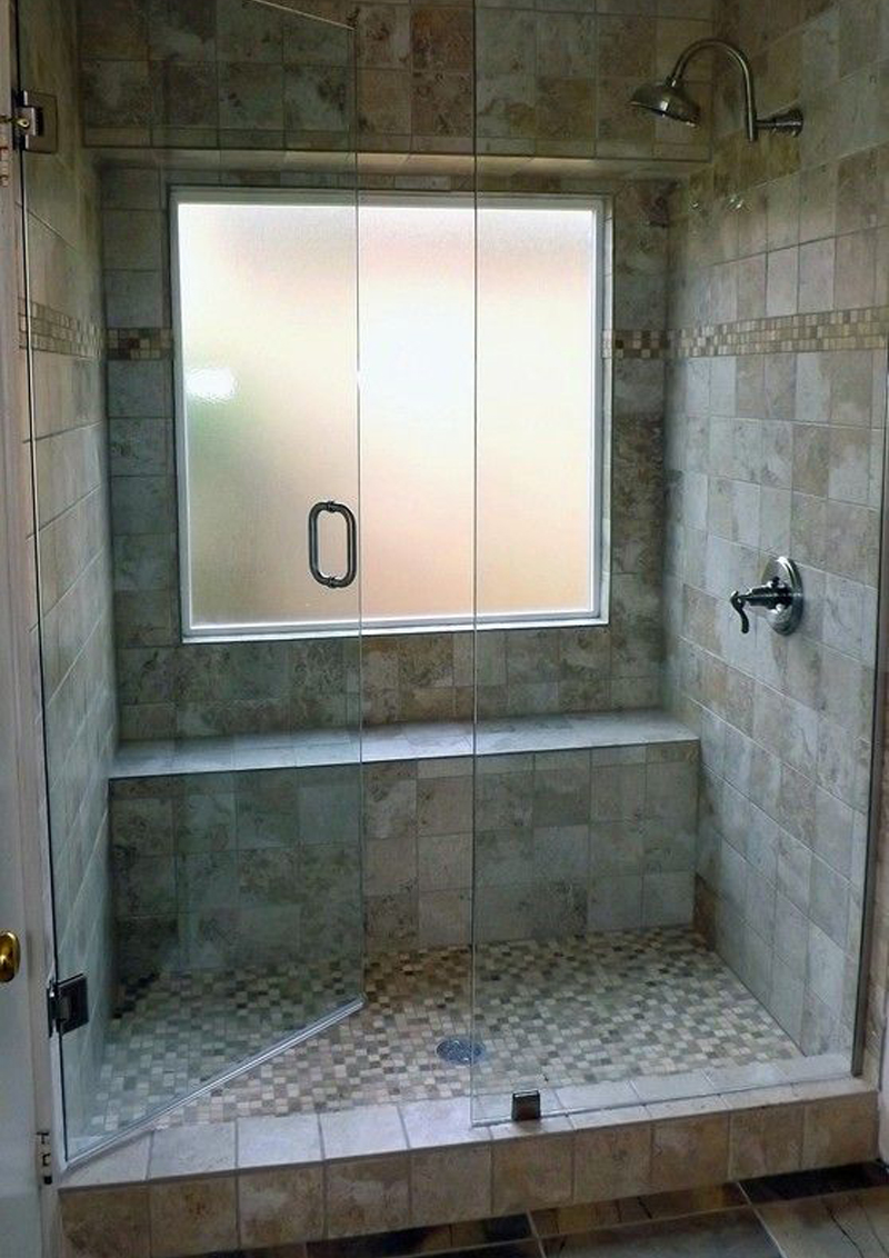 Bagno con doccia davanti alla finestra design casa for Finestra nella dacia