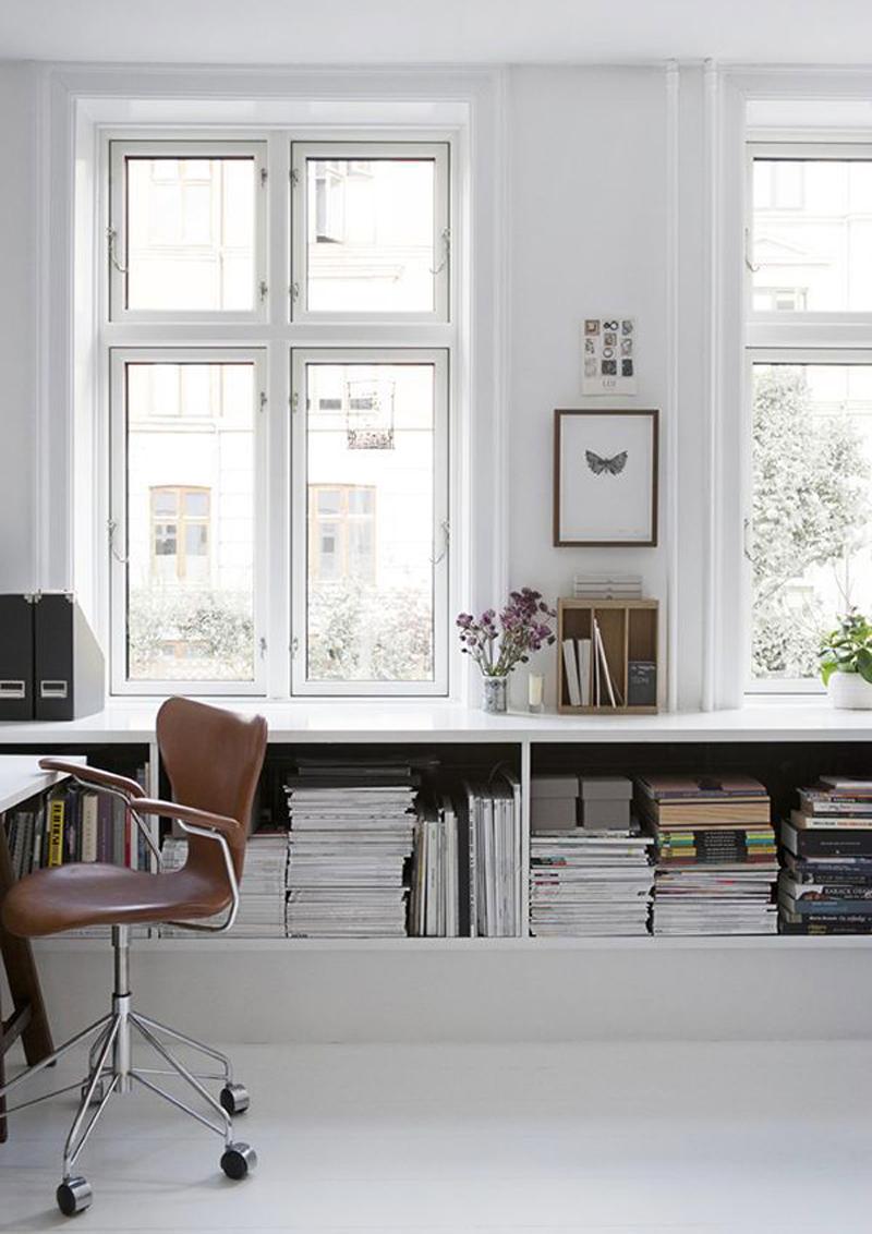 scaffali sotto finestra: libri alla luce!