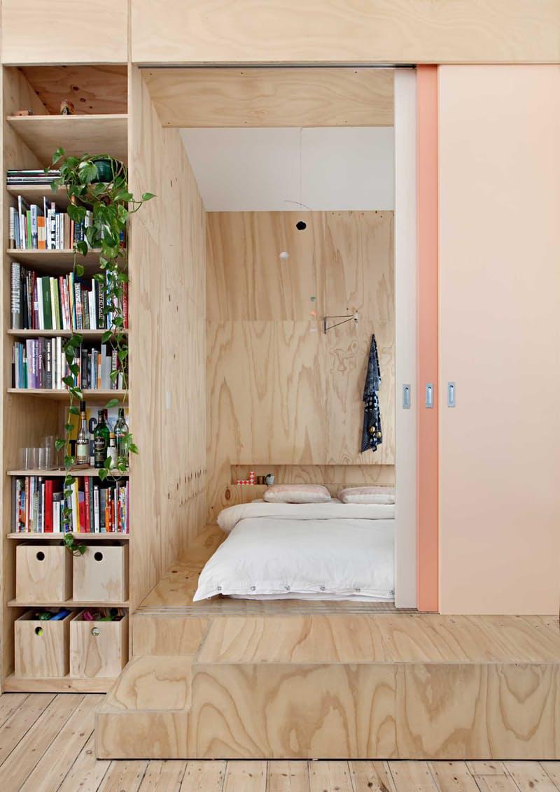 letto su pedana: il letto può essere collocato all'interno di un vano rialzato rispetto al pavimento e protetto lateralmente da alcune pareti attrezzate in legno