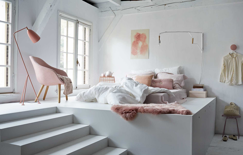 letto su pedana: in un open space la pedana per il letto può essere utile per separare la zona notte dalla zona giorno