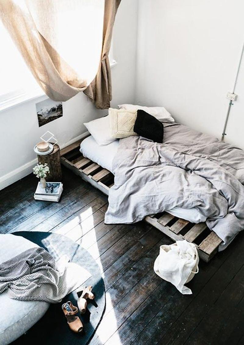 letto su pedana: alcuni pallet possono essere utilizzati come pedana d'appoggio per un letto provvisorio DIY