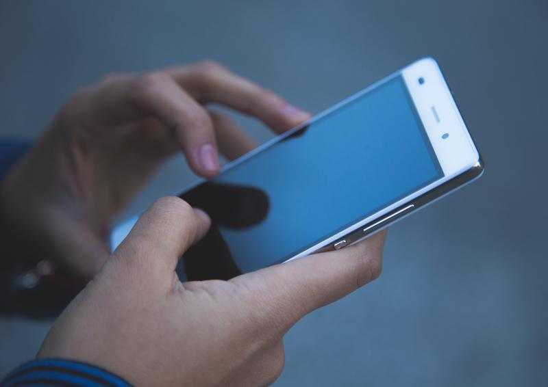 il cellulare può essere uno strumento per avere una casa calda, grazie alla APP Palazzetti e alla Connection Box