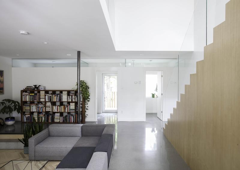 il soggiorno a piano terra (si intravede l'accesso al giardino)