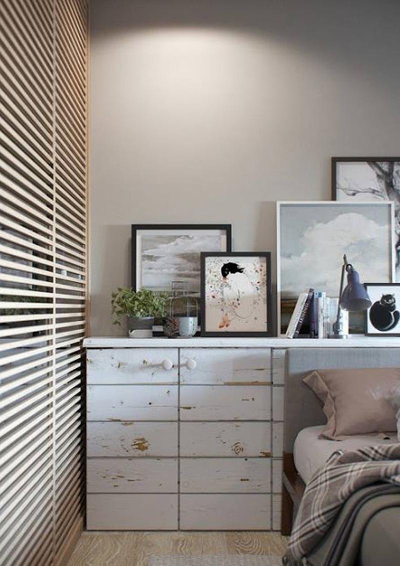 mini appartamento in azzurro, bianco e legno | dettaglio della testiera del letto