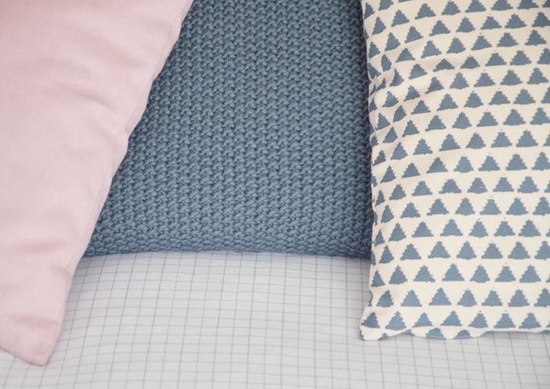 restyling camera da letto | cuscini con pattern e colori diversi (anche rosa!)