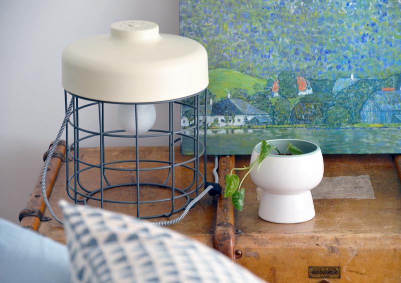 restyling camera da letto | la lampada Arthur di MADE.com sul baule / comodino