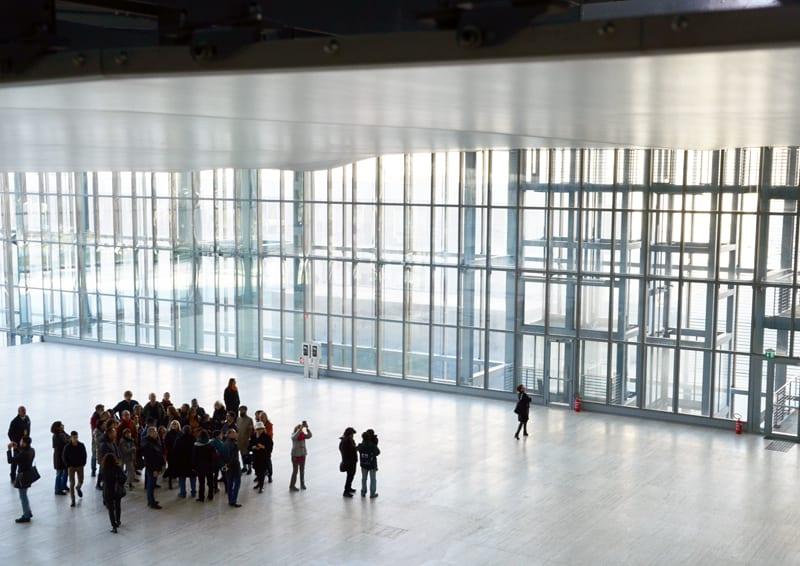 dentro La Nuvola di Fuksas: luce e architettura