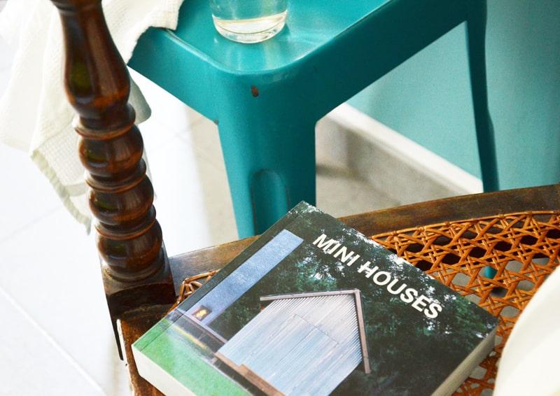 angolo per pausa relax: acqua fresca, un libro e sono a posto