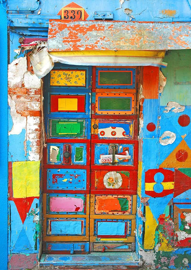 la porta di casa tra colore e psicologia