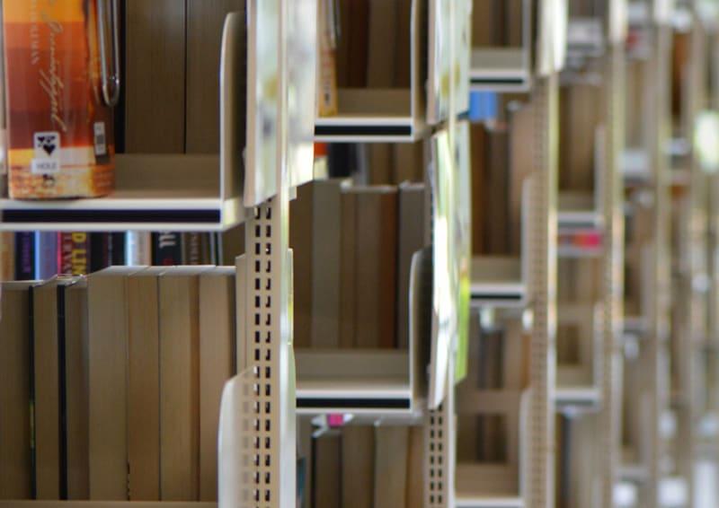 scaffali di design per il restyling di un negozio