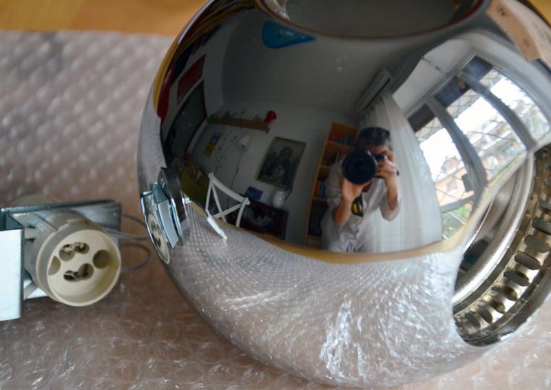 Pelota, una lampada a sfera che illumina e riflette