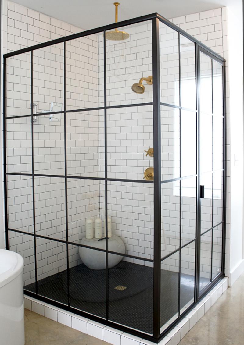 Finestra nella doccia problemi idee soluzioni design outfit - Bagno con doccia davanti finestra ...