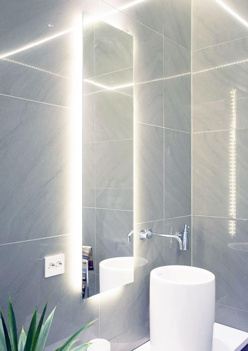 Illuminazione bagno con strisce led diffusa e scenografica design outfit - Illuminazione per bagno ...