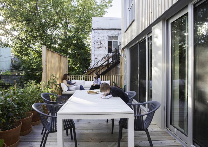 Casa con giardino in citt luce legno gioco di quote for Foto case con giardino