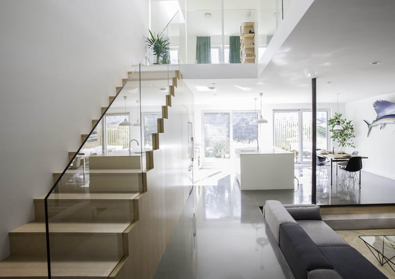 casa con giardino | lo spazio a piano terra con il soggiorno ribassato