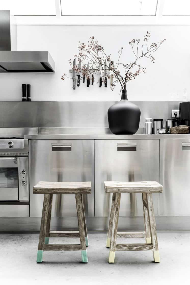 cucine in acciaio | immagine via Est Living