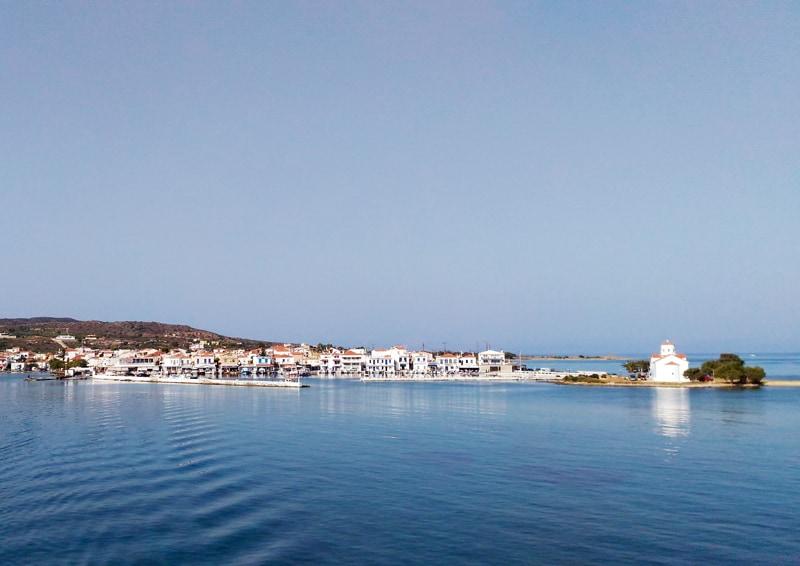 piccola guida di Elafonisos, perla della Laconia | la vista della Chiesa di San Spiridione dal traghetto