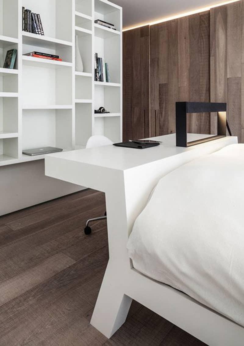 casa accessibile | la testiera del letto comprende un piano di lavoro a sbalzo posto sul retro