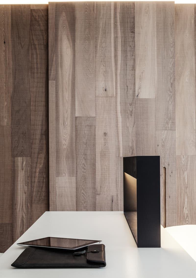 casa accessibile | elementi polifunzionali: la lampada da letto / scrivania è anche una postazione di ricarica