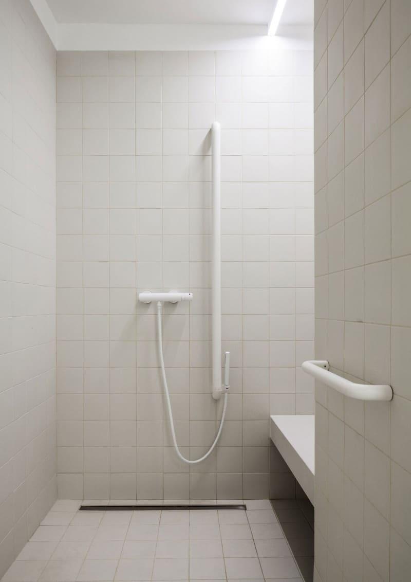 casa accessibile | il vano doccia ha il pavimento complanare con quello del bagno