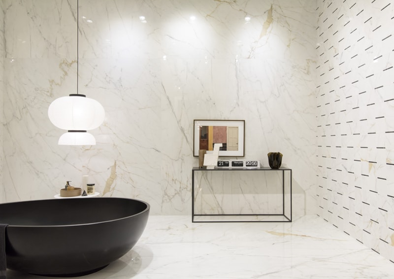 decorare pareti con rivestimenti in piastrelle
