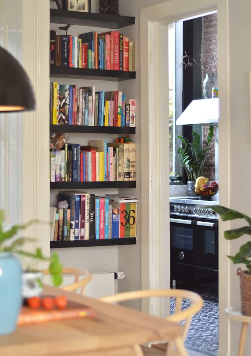 una cucina Bertazzoni nera, lucidissima, a casa di Interior Junkie