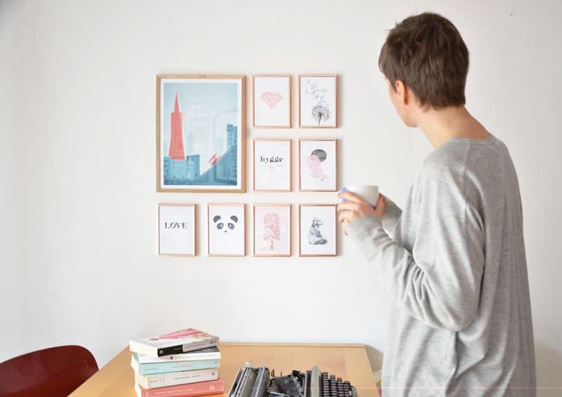 racconto per immagini: composizione di stampe in soggiorno